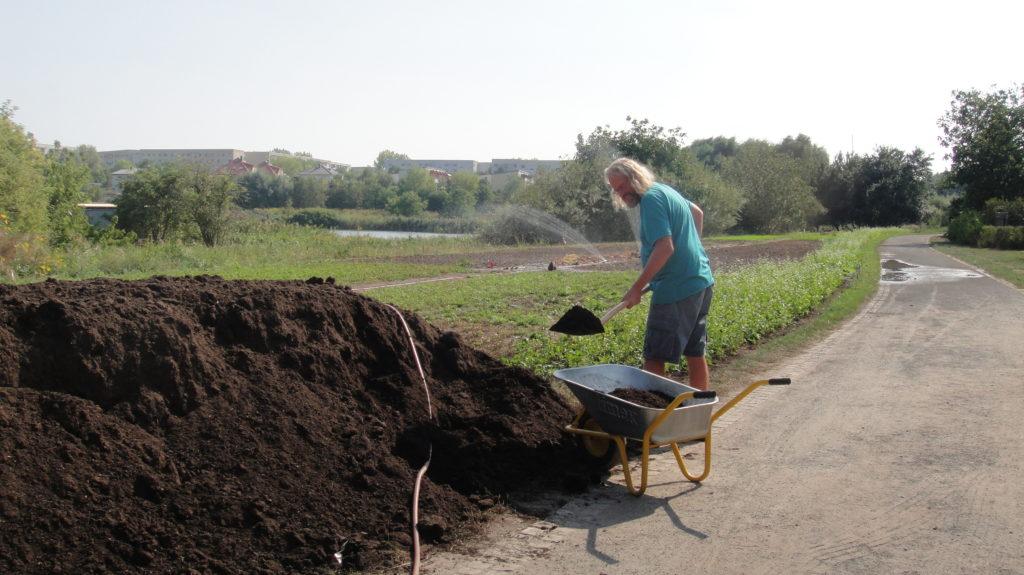 Kompost-Ausbringung auf dem Weltacker