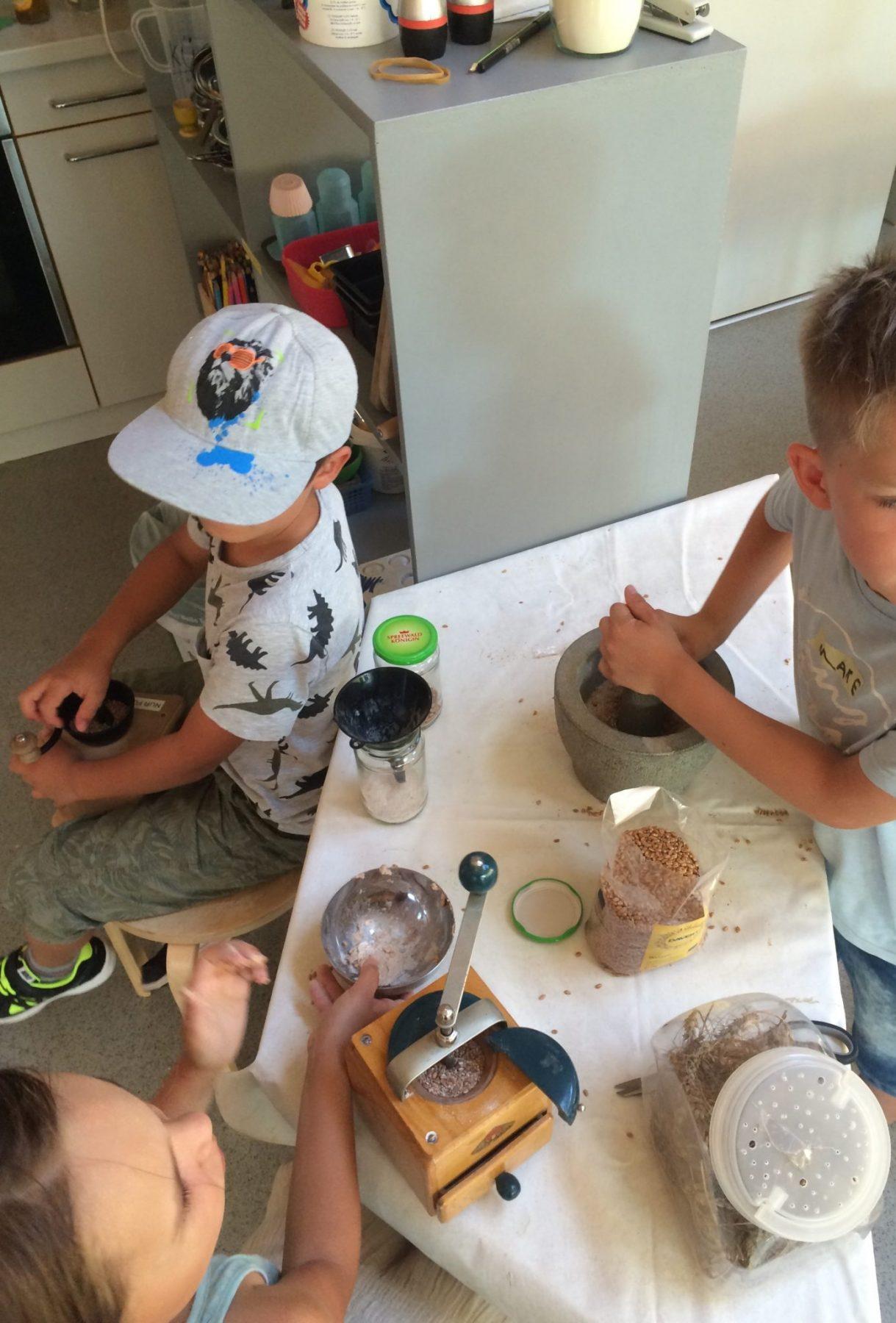 Kinder erforschen die Schrippe im Helleum, Foto: Doll