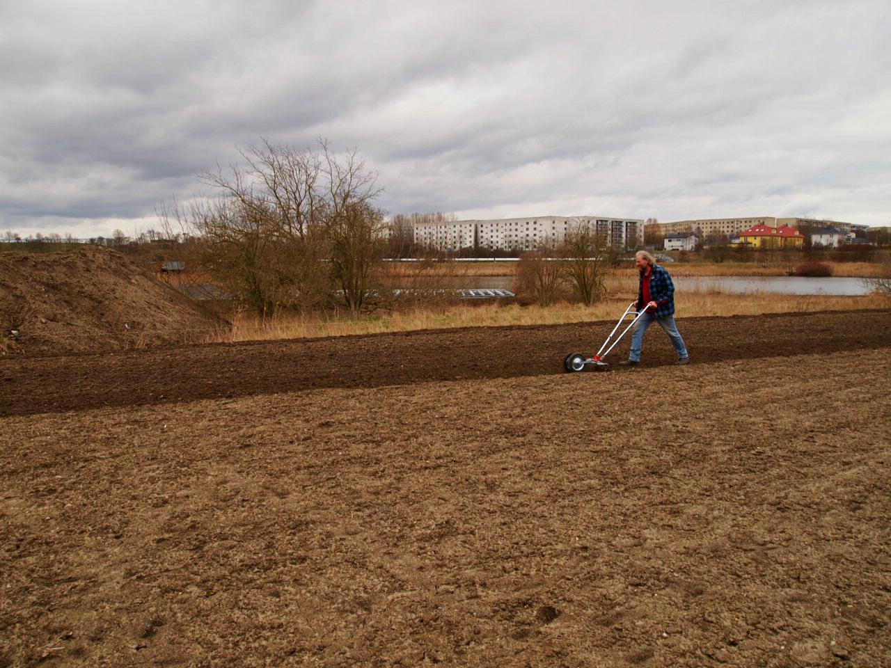 Gerd bei der Bodenbearbeitung
