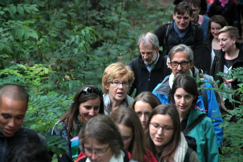 Belegschaft im Wald mit Präsidentin