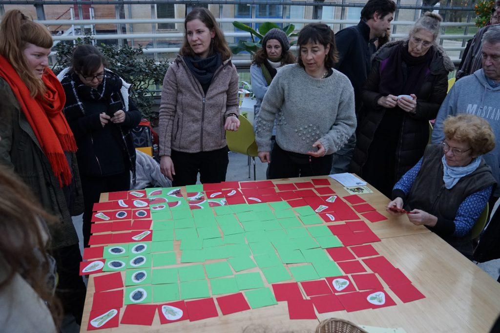 Weltacker-Bildungsreferentin Virginia Boye stellt im Klima-GArten-Workshop das Flächenbuffet-Puzzle vor.