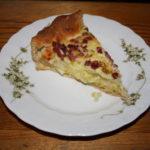 fertiges Stück Zwiebelkuchen vom Weltacker